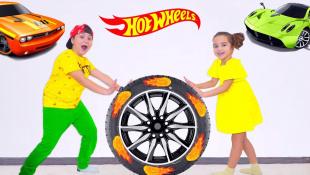 Аминка и Камиль играют в Hot Wheels